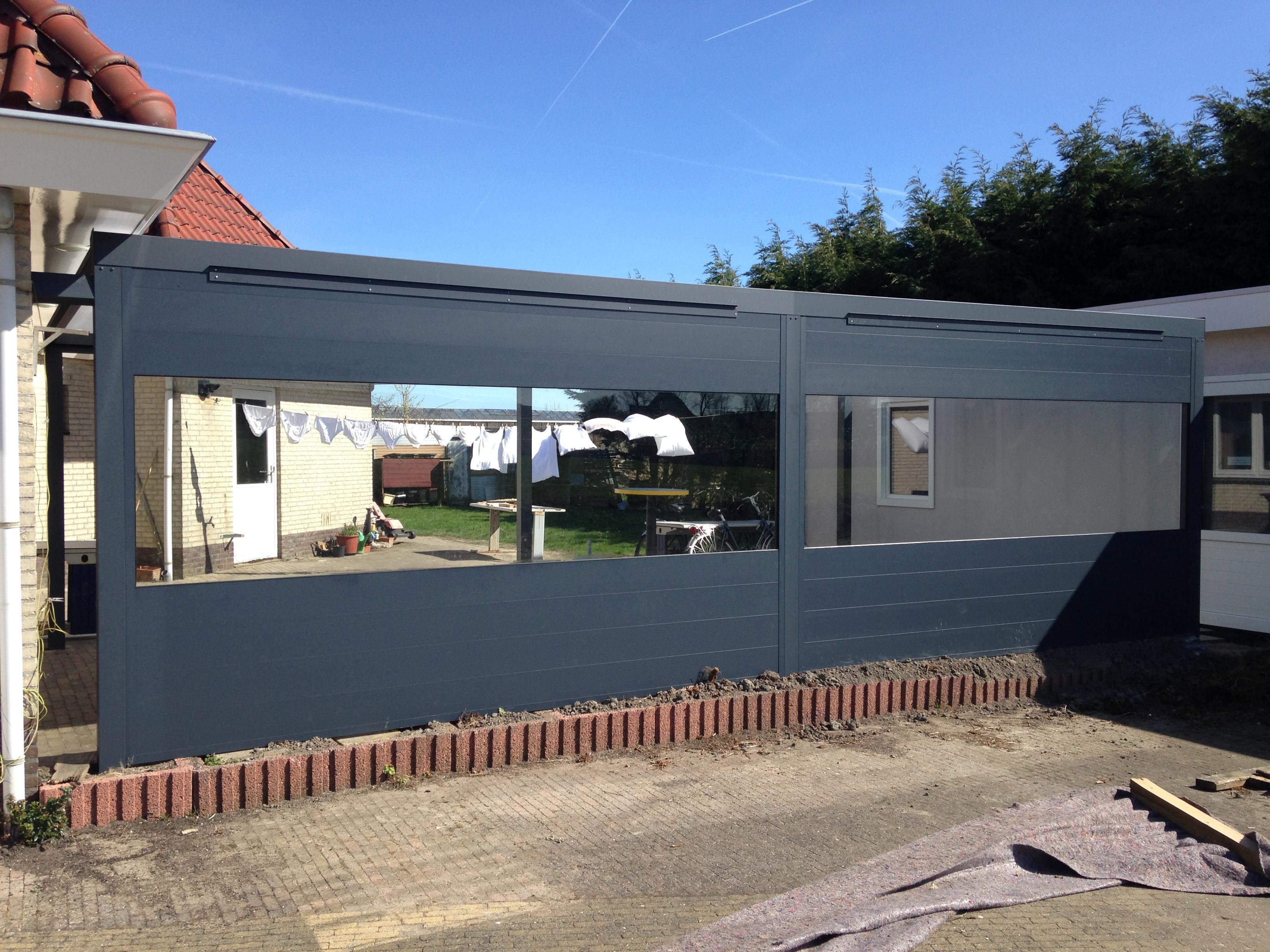Vrijstaande veranda 795×350 cm met glasvenster in achterwand Heerhugowaard
